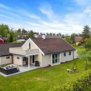 Ormåsen/Øvre Eiker Familievennlig og modernisert enebolig over 2 plan med garasje – 4 soverom – Koselig hage – Solrikt – Barnevennlig!