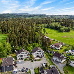 Vestfossen/Øvre Eiker Innholdsrik halvpart av tomannsbolig over tre plan – Solrikt – Veranda med utsikt – Hage – Gode parkeringsmuligheter!