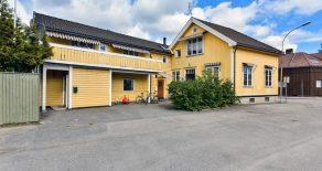 Strømsø/Drammen Hel vertikaldelt tomannsbolig o/2 plan + kjeller med carport/bakgård – Utleiedel – Gode parkeringsmuligheter – Sentralt!