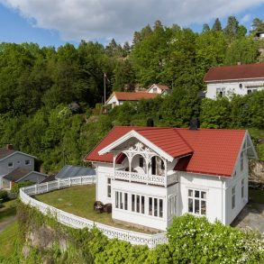 Holmsbu/Hurum/Snart Asker Praktfull sveitservilla med strålende solforhold og nærhet til sjøen – 1,2 mål stor tomt – Panoramautsikt over fjorden!