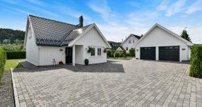 Mjøndalen Sentrum/Nedre Eiker Påkostet villa fra 2011 – Høy livsløpsstandard – Kakkelovn – Vannbåren gulvvarme – Innglasset terrasse – Dobbelgarasje.