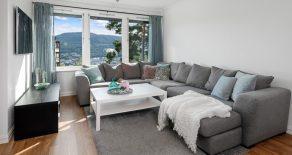 Åssiden/Drammen Lekker, pent oppusset 3-roms i høy 1.etasje – Solrik, innglasset balkong – Flott utsikt – Tilnærmet trappefri adkomst!