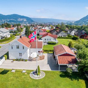 Mjøndalen Sentralt/Nedre Eiker – Sveitservilla m/høy standard – Betydelig påkostet i 2016 – Låve, bryggerhus, garasje og carport – Tomt på over 3 mål!