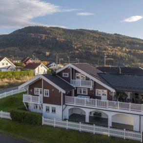 Mjøndalen/Nedre Eiker – Stor og velholdt familiebolig m/hybel – Leieinntekter på kr 9 500,- pr. mnd – Integrert dobbelgarasje – Flere terrasser!