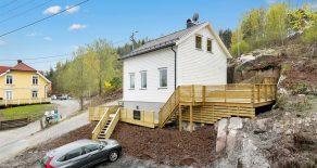 Tangen/Drammen – Betydelig oppgradert enebolig m/sjøutsikt – Nytt kjøkken/bad – Solrik terrasse – P-plasser.