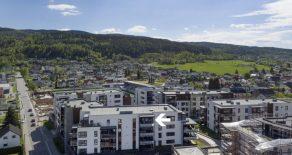 Mjøndalen Sentrum/Stadionkvartalet/Eiker – Nyere 2-roms Topp/selveierleilighet fra 2016 med solrik balkong med fantastisk utsikt – Garasje – Heis – Fellestilbud!
