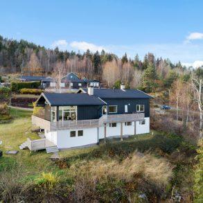 Konnerud/Drammen – Stor familievennlig enebolig med 6 soverom/Innredede rom – Dobbelgarasje – Terrasser – Utsikt – Solrik hage – Nær marka!