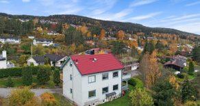 Austad / Drammen – Halvpart av horisontaldelt tomannsbolig i blindvei – Flotte sol- og utsiktsforhold – Veranda – Gode parkeringsmuligheter!
