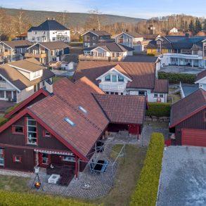 Mjøndalen / Drammen Innholdsrik familiebolig fra 2002 – Dobbeltgarasje – 2 bad+ vaskerom – 5 soverom – 2 stuer – Skjermet hage – Solrikt!