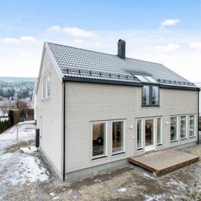 Solbergelva / Drammen Flytt rett inn i en lekker nyoppført enebolig fra 2019/2020 – 2 stuer – 2 bad + vaskerom – 3 soverom – Utsyn – Sentralt!