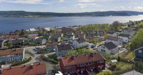 Hedensrud/Drammen. Pent SELVEIER enderekkehus o/tre plan m/nydelig fjordutsikt. Solrik terrasse, skjermet markterrasse, koselig hage, peis!