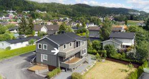 Krokstadelva Sentralt / Drammen Lekker halvdel av tomannsbolig over 1 plan +loft. Stor solrik veranda. Egen p-plasser. Felles hage. 3 soverom. Sentralt!