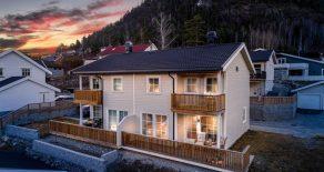 Solbergmoen / Drammen Nesten ny halvpart av tomannsbolig fra 2018 – 3 soverom – 2 stuer – Solrik terrasse og balkong – Garasje – Barnevennlig!