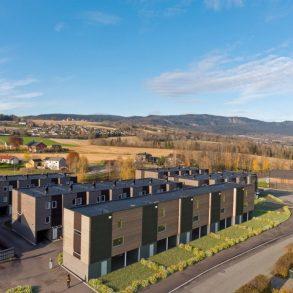 Lierbyen/Kun 1 igjen – Nye boliger i rekke. 3 sov, 2 stuer, 2 bad/vaskerom, 2 balkonger, hage, carport 2 biler!