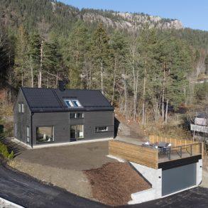 Solbergelva / Drammen Flytt rett inn i en nyoppført enebolig over 2 plan – Dobbelgarasje med takterrasse – Herlig utsikt – Grenser til marka!