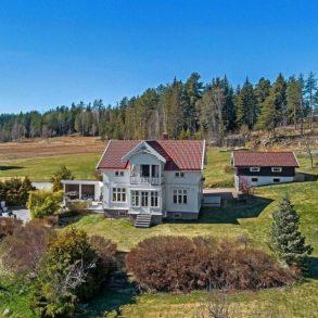 Fiskum / Øvre Eiker – Flott småbruk med låve og garasjer – Idyllisk tomt på over 45 mål – Vidstrakt utsikt – Terrasser – Perfekt for dyrehold.