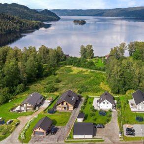 Sylling Sentrum/Lier – Enebolig over 2 plan fra 2014 – 5 sov – 2 Stuer – 2 bad+ vaskerom – Oppgradert i 2019 – Stor tomt – Nær fjorden/Sentralt!
