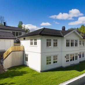 Hallermoen/Konnerud – Flytt rett inn i en delikat, nyoppført villa m/dobbeltgarasje – Solrike uteplasser – Barnevennlig!