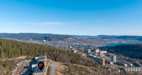 Gjerpenkollen / Drammen Lys og tiltalende 3-roms selveier – Garasjeplass – To solrike verandaer – Vidstrakt utsikt – Heis – Turområder rett ved.