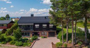 Krokstadelva / Drammen Lekker, innholdsrik enebolig med vakker hage – Integrert garasje – Stor, vestvendt terrasse – Solrikt og barnevennlig!