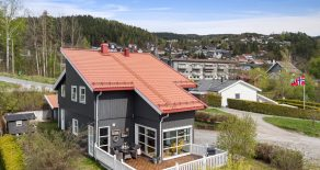 Krokstadelva Sentralt / Drammen Lekker enebolig o/2 plan fra 2006 – 4 sov – 2 bad+ vaskerom – Solrikt – Utsikt – Sydvendt terrasse – Nær barnehage/skole