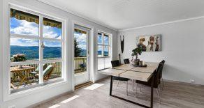 Stenseth / Krokstadelva / Drammen Innholdsrik enebolig o/3 plan med storslått utsikt – Carport – Hage – Terrasser – Solrikt – Barnevennlig – Tett på marka!