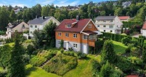 Austad / Drammen – Innholdsrik enebolig m/garasje – Flott panoramautsikt – Herlig veranda – Stor hage – 6 soverom – Gangavstand til sentrum