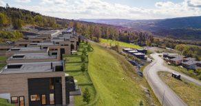 Nye lekre funkisboliger med fantastisk panoramautsikt beliggende svært solrikt! Kort reisevei til Asker/Drammen!