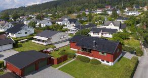 Krokstadelva Sentralt / Drammen Meget barnevennlig beliggende enebolig over 2 plan med dobbel garasje – Usjenerte uteplasser – Hage – Solrikt – Sentralt
