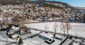 Krokstadelva Sentralt / Drammen Sentralt beliggende enebolig o/2 plan – Garasje – God takhøyde i underetasje – Solrikt – Terrasse – Hage – Barnevennlig!