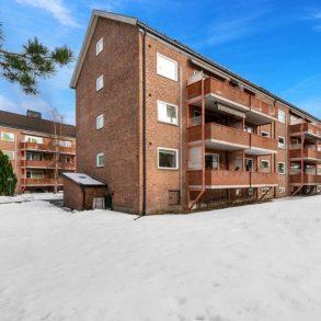 Strømsø / Drammen Pen 3-roms Topp/endeleilighet med solrik veranda – Parkeringsmuligheter. Varmtvann inkludert! Lavblokk. Nær togstasjon!
