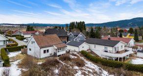 Mjøndalen / Drammen Pen enebolig o/2 plan + kjeller – Nyoppusset bad – Stue med 2 ildsteder – Hage – Vestvendt terrasse – Tomt på 1825 kvm!
