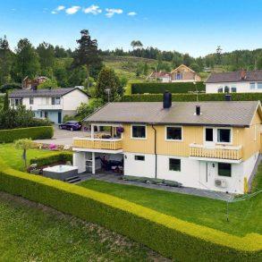 Øverskogen / Sylling / Lier Pen enebolig over 2 plan med garasje – Solrikt – Nær fjorden – Terrasse – Jacuzzi – Peis – Nær Sandvika over Sollihøgda!